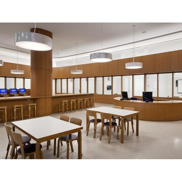 biblioteca con Taburete K65 abedul acabado natural de Artek