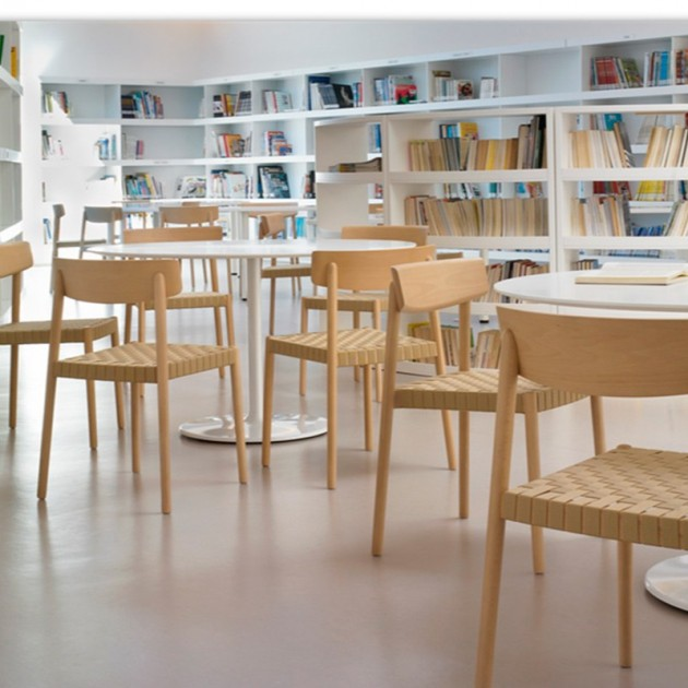 biblioteca con Sillas Smart SI-0612 Andreu World madera y cincha