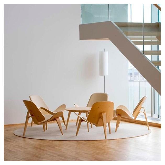 Ambiente sala de espera mesa CH008  diámetro 88 cm haya de Carl Hansen. Disponible en Moisés showroom
