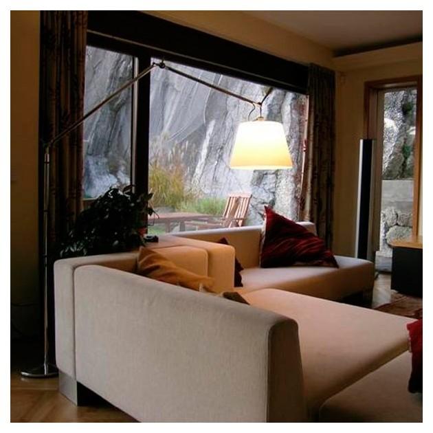 salón con Tolomeo Mega beige Artemide.