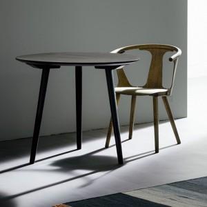 ambiente silla y mesa roble ahumado In Between SK1 &Tradition