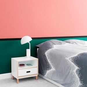 Dormitorio con Mesilla Kabino color blanco de Normann copenhagen