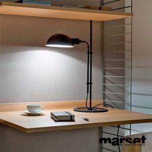 escritorio con Lámpara Funiculí S Marset color negro