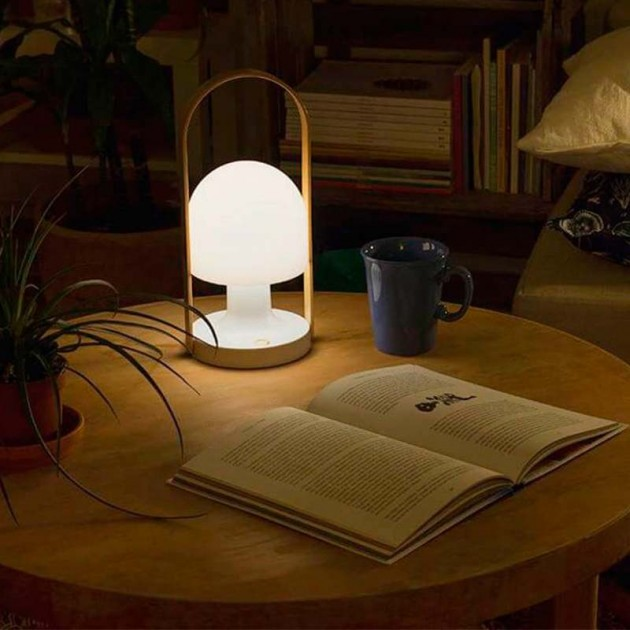 mesa de comedor con lámpara FollowMe Marset