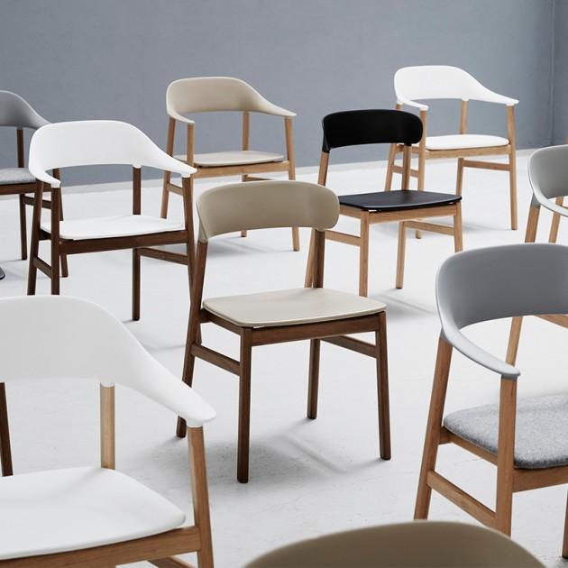 Sillas Herit Armchair fabricadas en roble de Normann Copenhagen en Moises Showroom