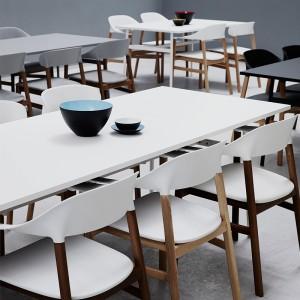 restaurante con Sillas Herit acabado roble natural de Normann Copenhagen en Moises Showroom