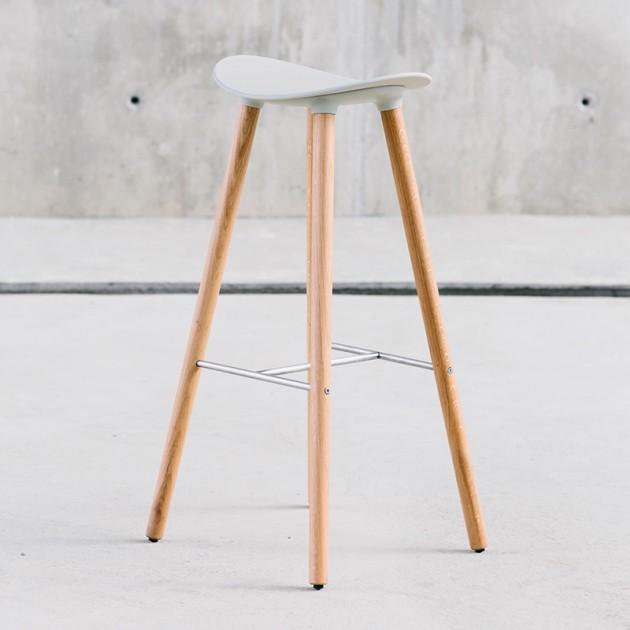 Taburete Coma Wood con asiento de polipropileno de la firma Enea