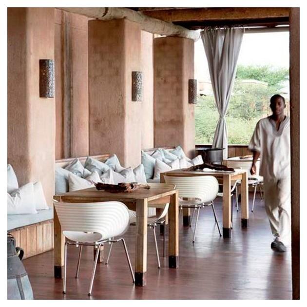 Silla Tom Vac blanca apilable ambientada restaurante Vitra Moises Showroom