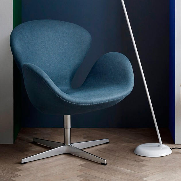 Butaca Swan en tapicería Fame azul en Moises Showroom