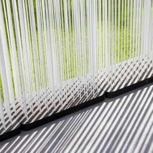 detalle separador Sticks en color blanco y base negra de Extremis en exterior