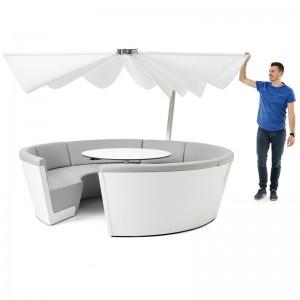 Kosmos con asientos bajos y mesa fija color gris y parasol Inumbrina plegado de Extremis, disponible en Moisés showroom