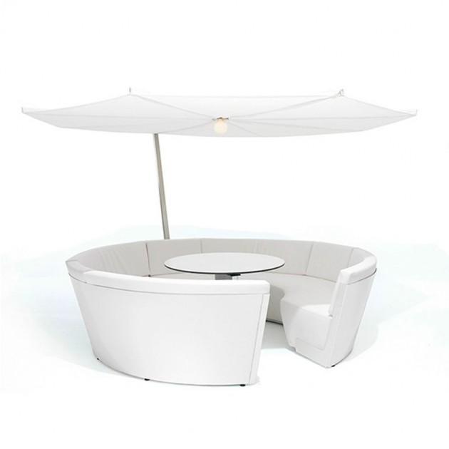 Composición Kosmos con asientos bajos color blanco y parasol Inumbrina de Extremis, disponible en Moisés showroom