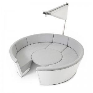Kosmos con asientos bajos y mesa ajustable color gris y parasol Inumbrina  cerrado de Extremis, disponible en Moisés showroom