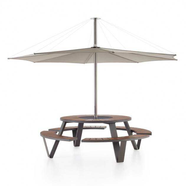 Parasol inumbrina con mesa Pantagruel de Extremis. Disponible en Moisés Showroom