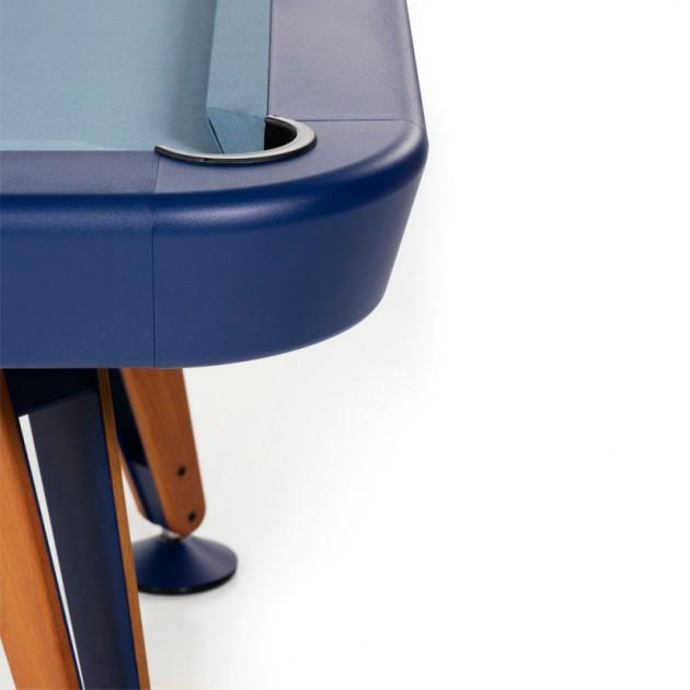 Detalle patas nogal con Billar diagonal color azul de RS Barcelona. Disponible Moisés Showroom