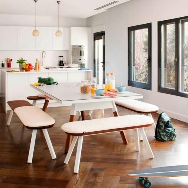 Cocina con Mesa de Ping pong fabricada en nogal color blanco colección You and me de RS Barcelona. Disponible en Moisés Showroom