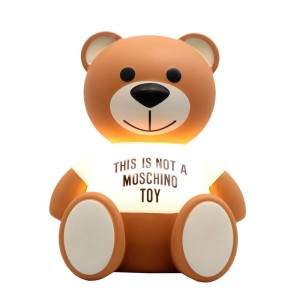 Lámpara de mesa osito TOY Moschino de Kartell. Disponible en Moisés Showroom