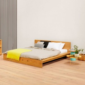 Dormitorio privado con Cama Mo madera roble de E15 disponible en Moisés Showroom