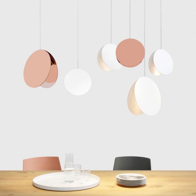 Ambiente mesa cocina con Lámpara de suspensión North diámetros 33 y 23 cms color cobre y blanco. Disponible en Moisés showroom