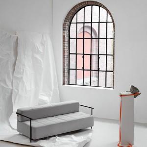 Ambiente de exposición Sofá cama Daybe con brazos color gris de Northern. Disponible en Moisés showroom