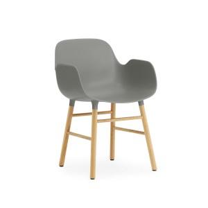 comprar Silla Form con brazos color gris patas de roble de Normann copenhagen.