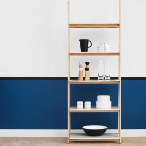 Habitación azul con Estantería One Step Up Bookcase alta de Normann Copenhagen