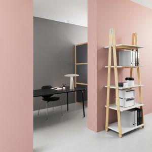 pasillo con Estantería One Step Up Bookcase alta de Normann Copenhagen