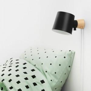 Dormitorio con Lámpara de pared Rise negro de Normann Copenhagen