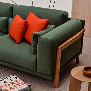 Detalle brazo madera roble sofá Time de Joquer en Moises Showroom