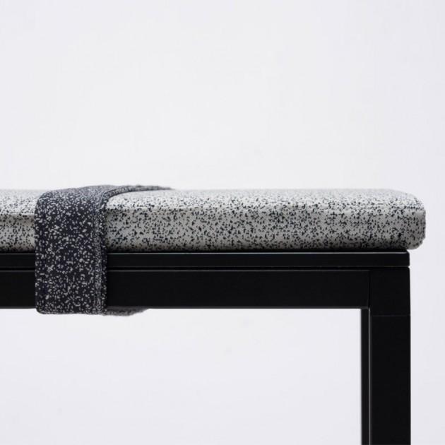 Detalle Banco Dry con cojín y cincha de Ondarreta en Moises Showroom