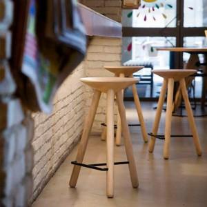 Ambiente bar con Taburete mediano Luco Mobles 114