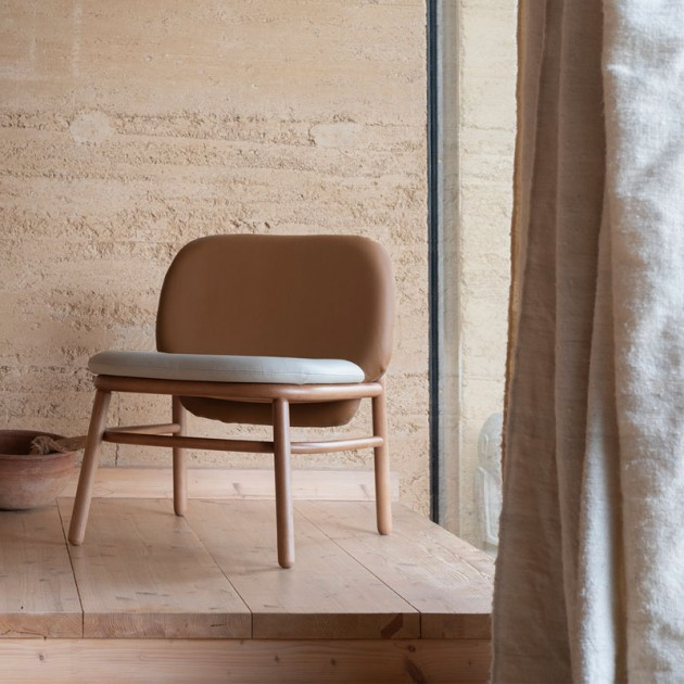 Ambiente sillon respaldo bajo Lana madera de Ondarreta en Moises Showroom