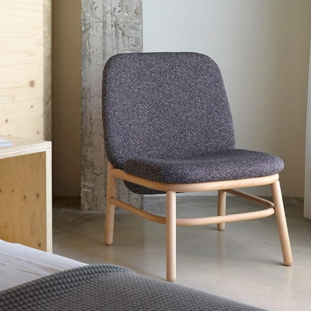 habitacin con sillon lana respaldo alto madera de Ondarreta en Moises Showroom