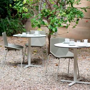 Terraza con sillas Green estructura metálica Mobles 114 beige