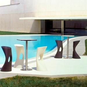 piscina particular con Taburete Flod Mobles 114 color blanco y antracita