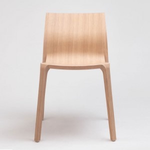 Frente silla Silu en madera de roble de Ondarreta en Moises Showroom