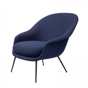 Bat Lounge chair con respaldo bajo color azul de Gubi en Moises showroom
