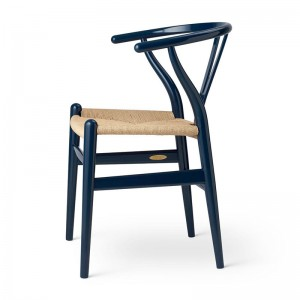 Silla Wishbone Ch24 Birthdat edition Glossy navy blue en Moises Showroom