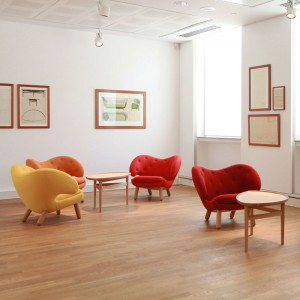 Sillónes colores Pelican Chair con botones de House of Finn Juhl en Moises Showroom