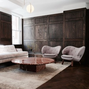 Sillón Pelican Chair gris con botones de House of Finn Juhl en Moises Showroom