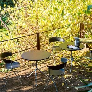 terraza con silla Officina polipropileno negra galvanizada Magis
