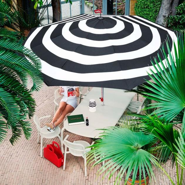 exterior con mesa y sillas Toní Fatboy color desert