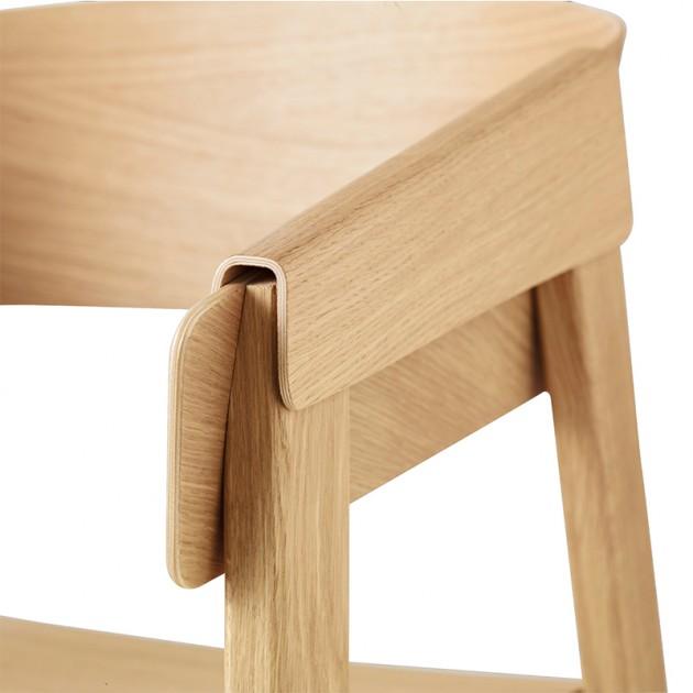 Detalle brazo silla Cover Armchair de Muuto acabado Roble