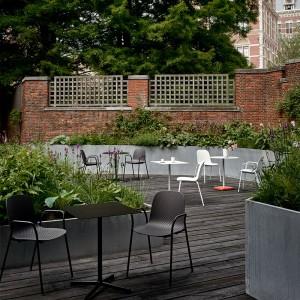 Silla 13Eighty chair HAY combinadas en terraza