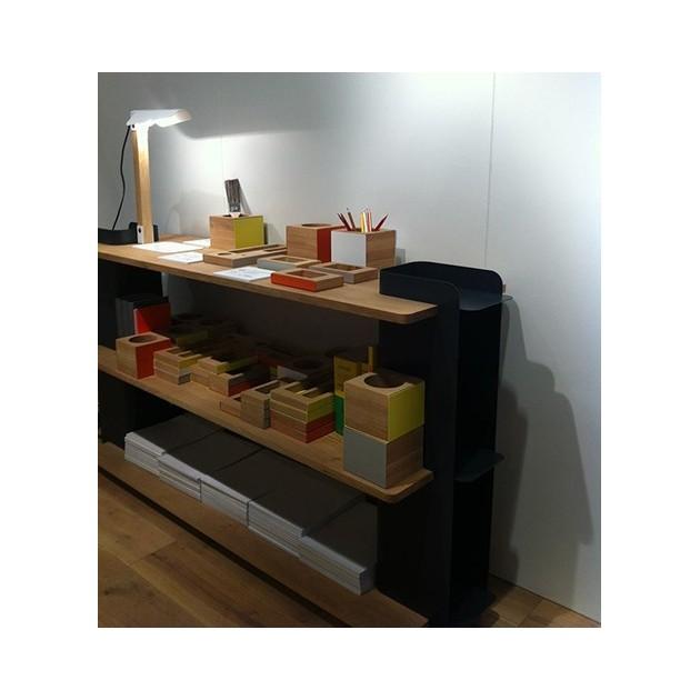 Imagen de ambiente de la lámpara U shelf de ethnicraft en color blanco sobre mueble de madera.