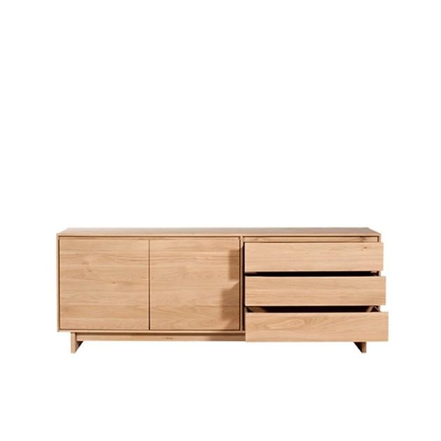 Aparador Wave 2 puertas cerradas y 3 cajones semiabiertos en madera de roble natural sin tratar de la marca Ethnicraft.