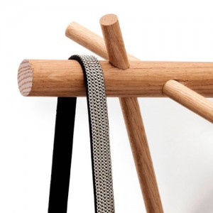 detalle madera perchero stick hook color nature de Normann copenhagen